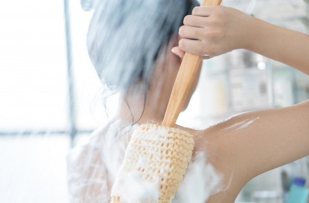 asian women are taking shower bathroom she is rubbing soap she is rubbing her back 46139 612 - SPA Day - Um dia de beleza com receitas caseiras!