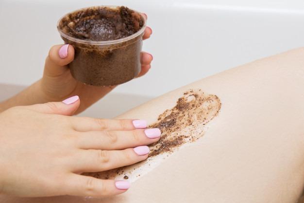 girl doing beauty treatments bathroom coffee scrub foot 73107 382 - SPA Day - Um dia de beleza com receitas caseiras!