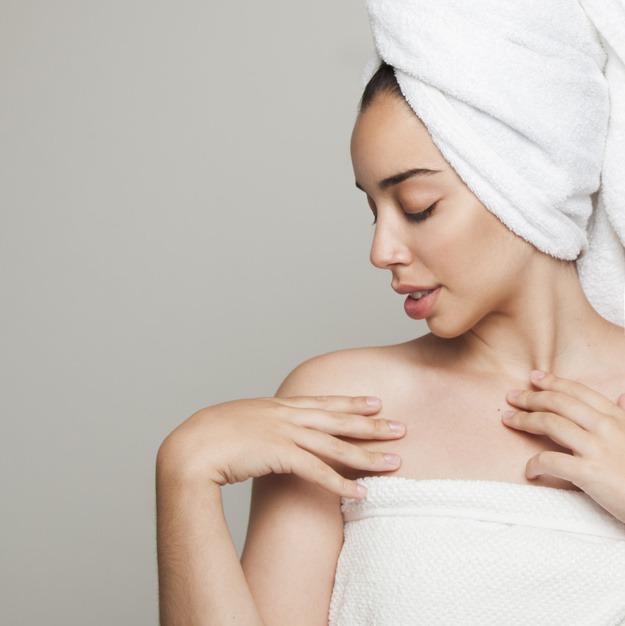 woman with seductive pose after shower 23 2147656918 - SPA Day - Um dia de beleza com receitas caseiras!